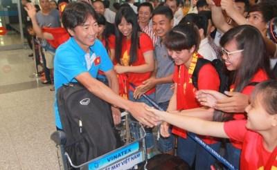 CĐV vây quanh thầy trò HLV Miura tại sân bay trong ngày trở về từ Seagames 28